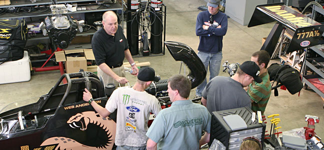 Gale Banks speaking with students from Utah Valley University